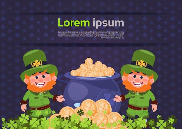 Modello di sfondo di carta giorno di san patrizio con due leprechaun oltre sacco pieno di monete d'oro