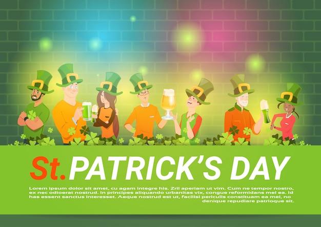 Modello di sfondo di giorno di san patrizio con un gruppo di persone in cappelli verdi bere birra celebrando