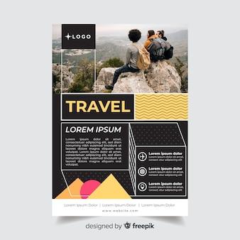 Modello di volantino di viaggio con viaggiatore