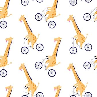 Modello disegnato a mano, divertente giraffe gialle corsa su una bicicletta.