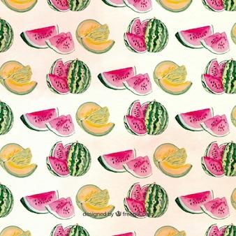 Modello graziosa con i meloni ei cocomeri
