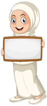 Modello in bianco del segno con la ragazza musulmana su fondo bianco