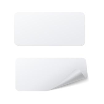 Modello realistico di adesivo adesivo di carta rettangolare bianco con bordo curvo