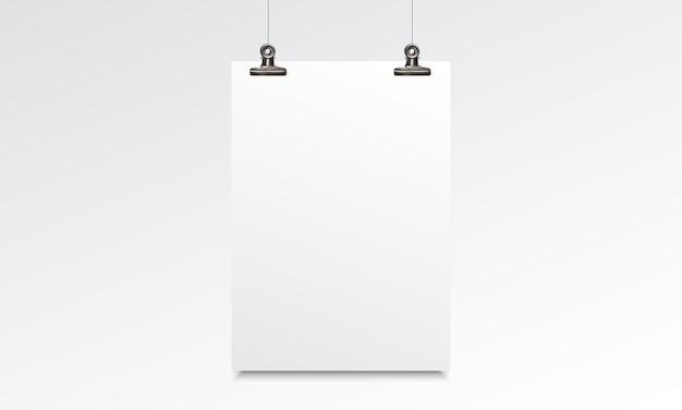 Modello realistico di carta bianca con clip appeso e legante