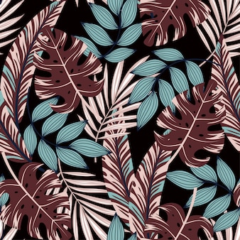 Modello senza cuciture astratto con piante e foglie colorate tropicali su uno sfondo scuro