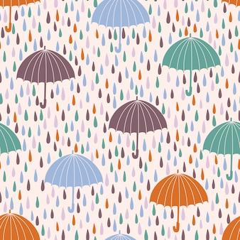 Modello senza cuciture con gocce di pioggia e ombrelloni