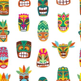 Modello senza cuciture con maschere colorate tiki in legno, illustrazione di cartone animato. totem tradizionali polinesiani hawaiani in infinite texture di sfondo estivo.