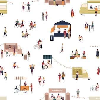 Modello senza cuciture con persone che camminano tra camion o bancarelle, l'acquisto di pasti fatti in casa, mangiare e bere al caffè all'aperto, festival del cibo di strada. illustrazione di vettore del fumetto piatto per la stampa tessile.