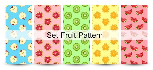 Modello senza cuciture delle metà fresche della frutta su colori variopinti. vettore