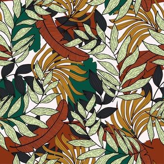 Modello senza cuciture tropicale con foglie colorate e piante su sfondo chiaro