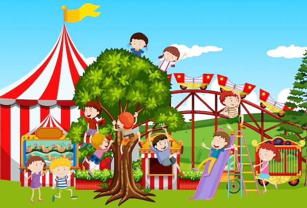 Molti bambini che giocano nel parco divertimenti