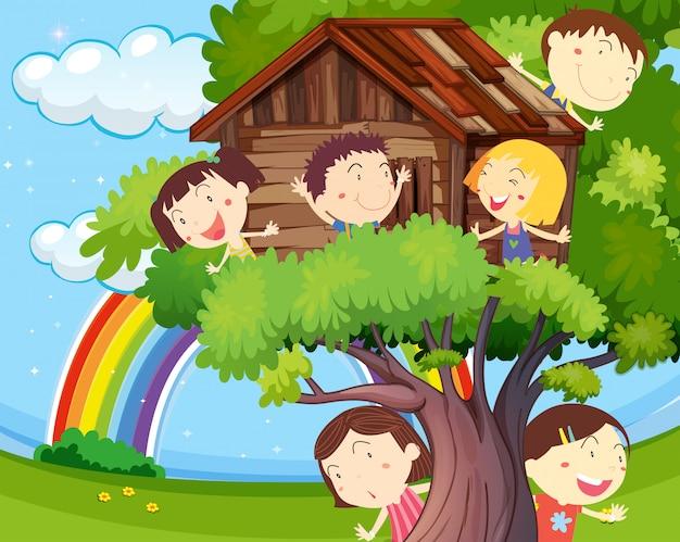 Molti bambini che giocano sulla casa sull'albero