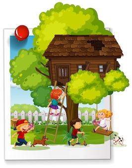 Molti bambini giocano nella casa sull'albero