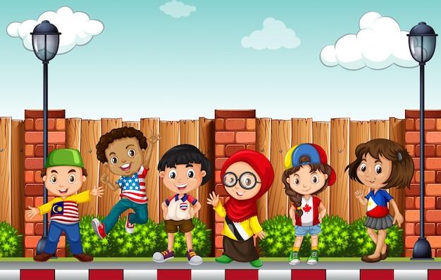 Molti bambini in piedi sul marciapiede