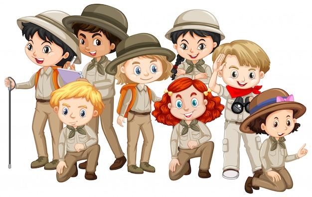 Molti bambini in uniforme marrone da safari