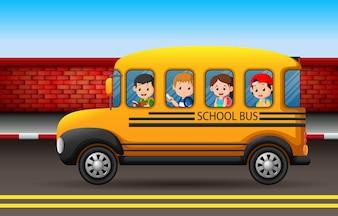 Molti bambini su uno scuolabus