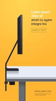 Monitor del desktop computer sul concetto realistico dei dispositivi e dei dispositivi del modello della parete gialla