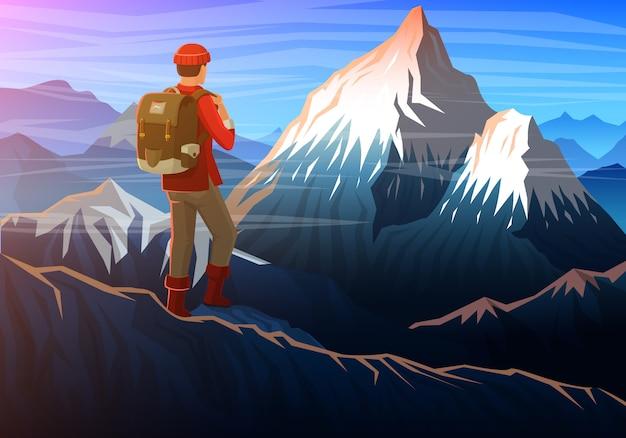 Montagna everest con il turista, vista panoramica serale delle vette, paesaggio nelle prime ore del giorno.