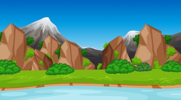 Montagne sulla scena del fiume
