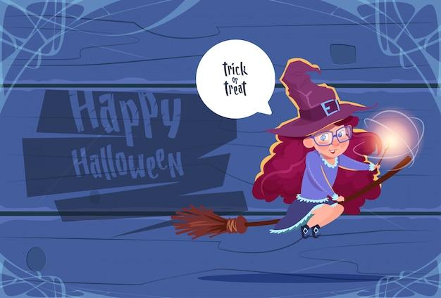 Mosca sveglia della strega sul bastone della scopa, concetto felice di celebrazione del partito dell'insegna di halloween