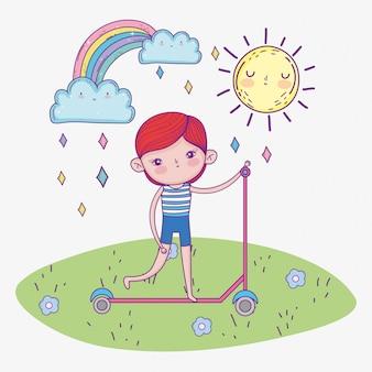 Motorino di giro del ragazzo sveglio con arcobaleno e sole