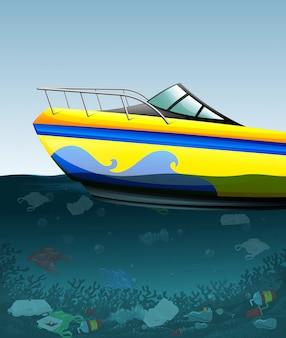 Motoscafo sull'oceano inquinato