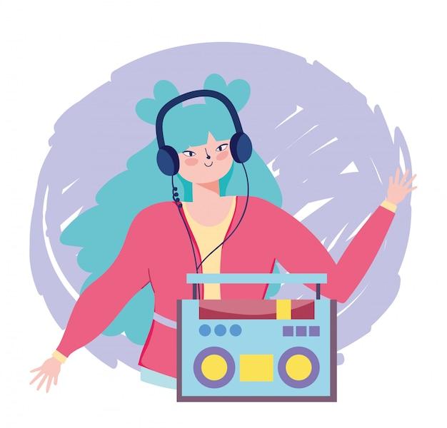 Musica d'ascolto della ragazza con la radio e le cuffie stereo