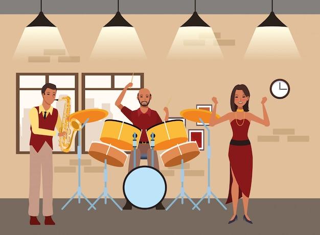 Musicista che suona la batteria del sassofono e danza