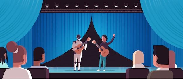 Musicista robot con chitarrista uomo suonare il robot per chitarra acustica vs essere umano in piedi insieme in fase di teatro con il concetto di intelligenza artificiale sipario orizzontale completo