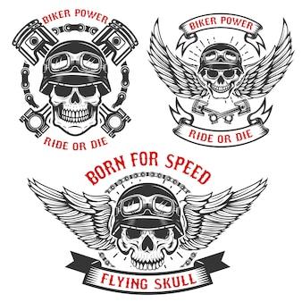 Nato per la velocità. set di teschi da motociclista nei caschi, con ali e pistoni. elementi per logo, etichetta, emblema, segno. illustrazione