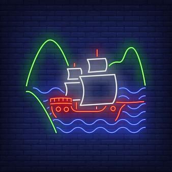 Nave a vela che galleggia sull'insegna al neon delle onde del mare