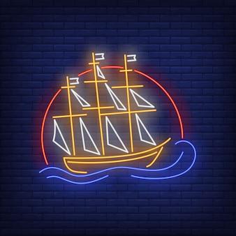 Nave che naviga sull'insegna al neon delle onde del mare