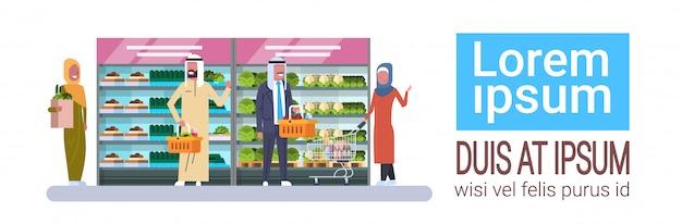 Negozio di alimentari con persone arabe compra prodotti banner orizzontale con spazio di copia