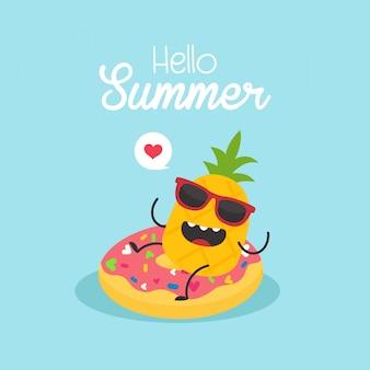 Nella ciambella gonfiabile di vacanza estiva con un ananas in una piscina
