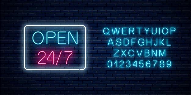 Neon aperto 24 ore su 24, 7 giorni su 7, segno di forma geometrica su un muro di mattoni