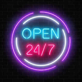 Neon aperto 24 ore su 24, 7 giorni su 7, segno in forme cerchio su uno sfondo di muro di mattoni.
