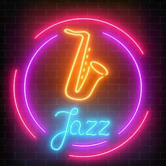 Neon jazz cafe con sassofono segno luminoso con cornice rotonda su un muro di mattoni scuro.