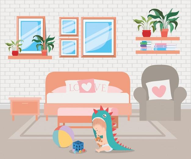 Neonato sveglio con i giocattoli