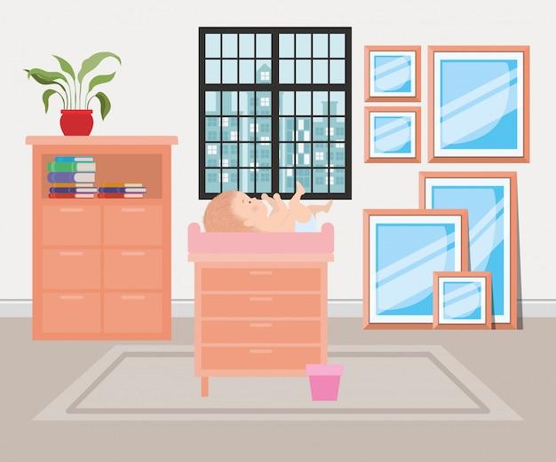 Neonato sveglio sopra mobili