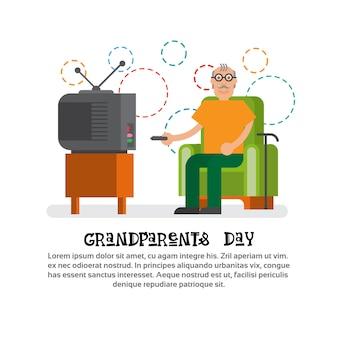 Nonno che guarda l'insegna felice della cartolina d'auguri di giorno dei nonni della tv