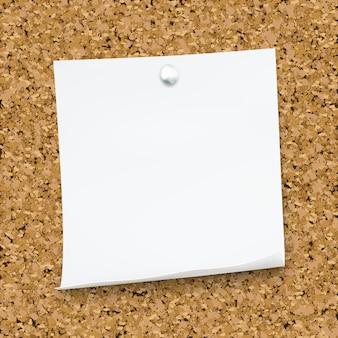 Nota appiccicosa bianca isolata sul bordo del sughero