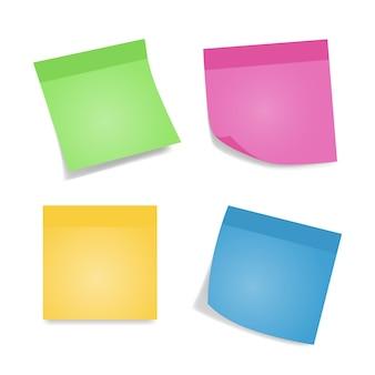 Note adesive. quattro fogli colorati di carte per appunti isolati