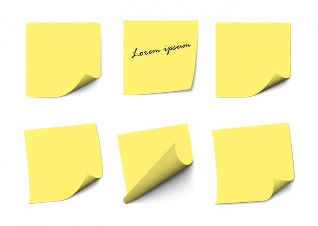 Note di nota appiccicose gialle realistiche isolate su bianco. promemoria quadrati di carta adesiva con ombre, pagina di carta