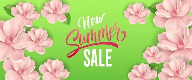 Nuove lettere di vendita estiva. insegna stagionale con i fiori rosa su fondo verde.