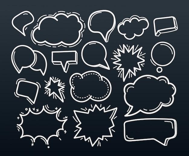Nuvole disegnate a mano astratte di discorso di scarabocchio messe