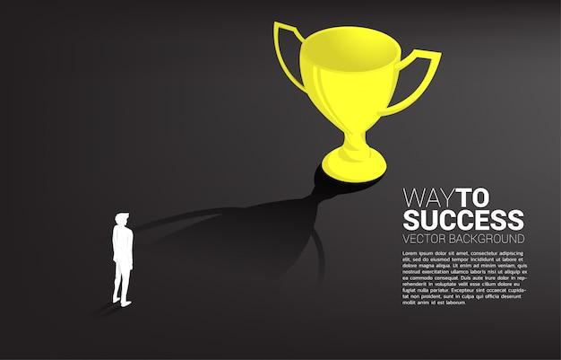 Obiettivo dell'uomo d'affari della siluetta per difendere trofeo. obiettivo di leadership aziendale e missione di visione
