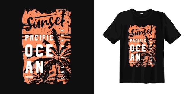 Oceano pacifico di tramonto california con il t del grafico della siluetta della palma e di tramonto