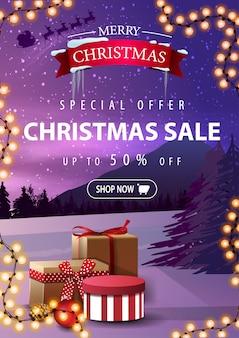 Offerta speciale, saldi natalizi, fino al 50% di sconto. banner di sconto verticale con paesaggio invernale e regali