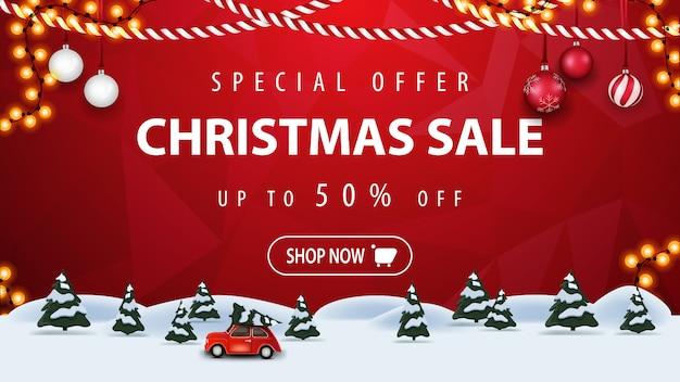 Offerta speciale, saldi natalizi, fino al 50% di sconto, banner sconto orizzontale rosso con pulsante, ghirlanda con cornice, foresta di pini d'inverno e auto d'epoca rossa con albero di natale.