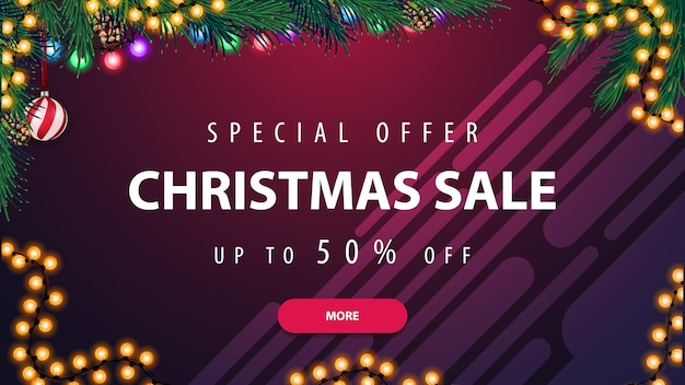 Offerta speciale, saldi natalizi, fino al 50% di sconto, banner sconto orizzontale viola con ghirlanda e ramo di un albero di natale